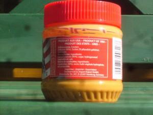 Aufschrift auf einem Erdnussbutterglas: Oel pflanzlich gehaertet