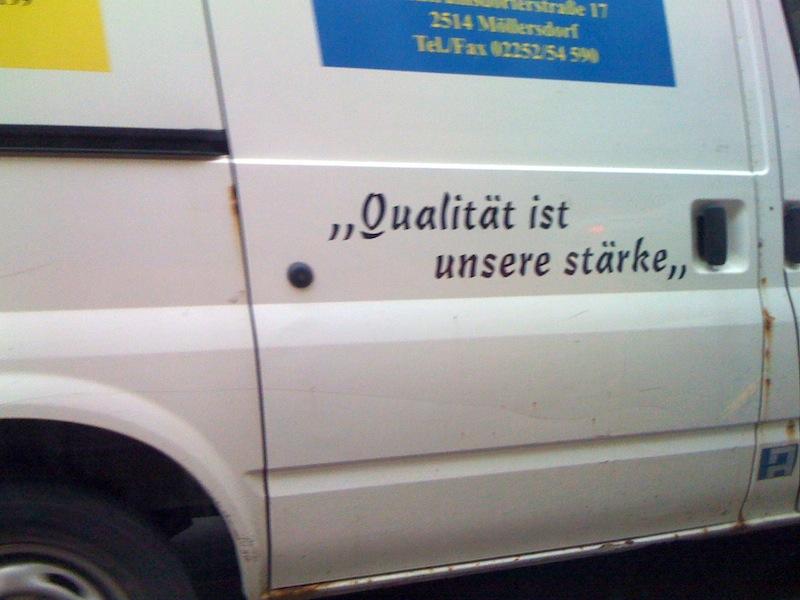 """Aufschrift auf einem Lastwagen: """"Qualität ist unsere stärke"""" – inklusive Schreibfehler"""